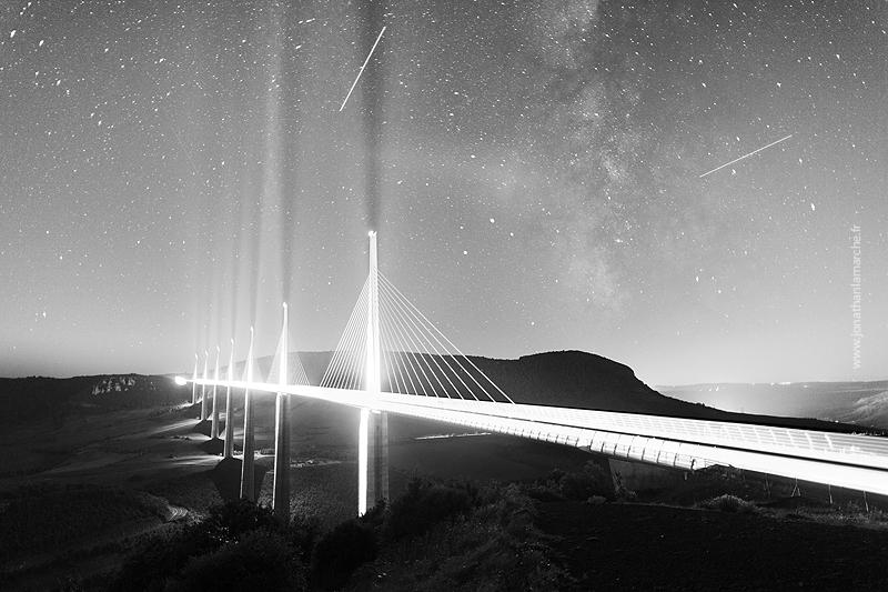 Viaduc de Millau construit par Eiffage sous les étoiles et la voie lactée.